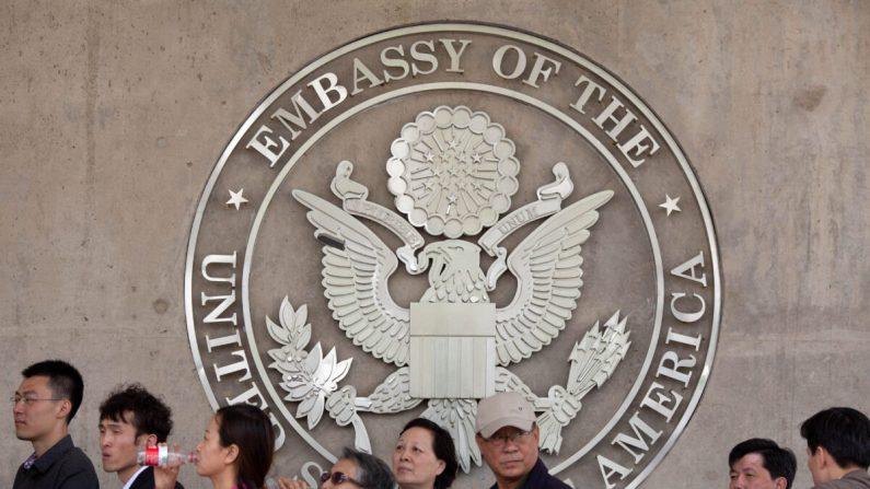 Personas haciendo cola frente a la embajada de Estados Unidos en Beijing, China, el 27 de abril de 2012. (Ed Jones/AFP/Getty Images)