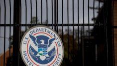Fiscal general de Arizona demanda a la Administración Biden por la congelación de las deportaciones