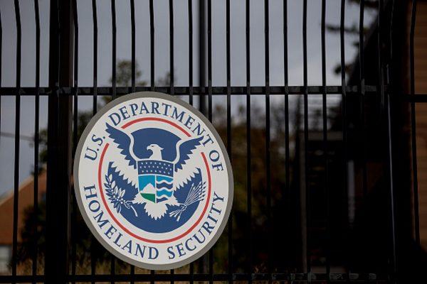 El sello del Departamento de Seguridad Nacional de Estados Unidos (DHS) cuelga de una valla en la sede de la agencia en Washington, el 11 de diciembre de 2014. (Andrew Harrer/Bloomberg vía Getty Images)