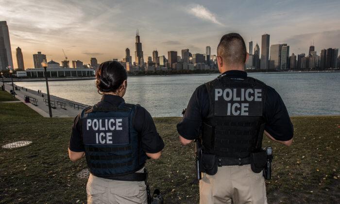 Agentes del ICE en Chicago, Illinois, en una foto de archivo. (Josh Denmark/DHS)