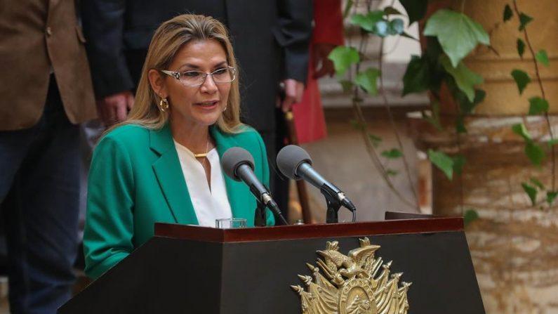 """La presidente interina boliviana, Jeanine Añez, da un discurso en el Palacio de Gobierno donde indicó que Bolivia se libró de """"un destino como el de Venezuela"""" al acabar con la """"violencia"""" y la """"corrupción"""" de la era de Evo Morales en el poder, el 22 de enero de 2020, en La Paz (Bolivia). EFE/ Martín Alipaz"""