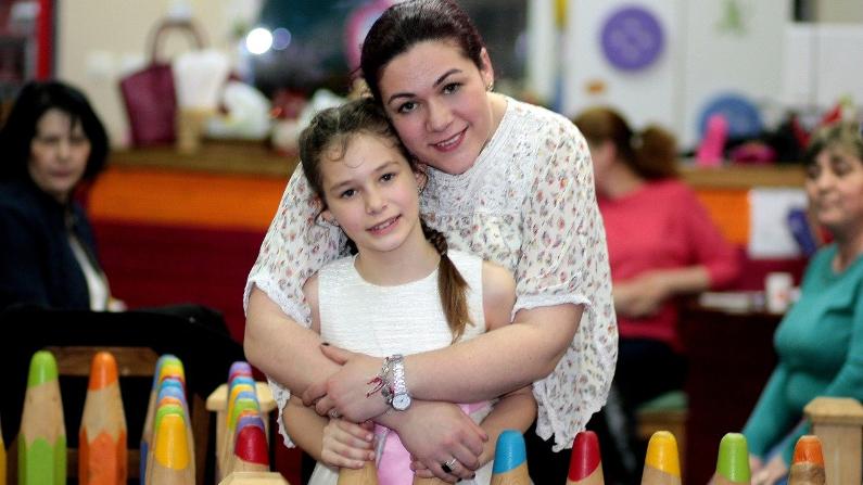 Una madre ve a su hija como una mini versión de ella y puede desempeñar un papel de mentor para ella, incluyendo modelar una autoimagen saludable. (AdinaVoicu/Ppixabay)