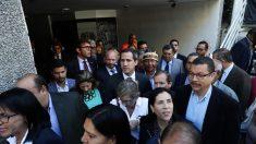 Guaidó y diputados opositores entran por la fuerza en Parlamento venezolano e inician sesión