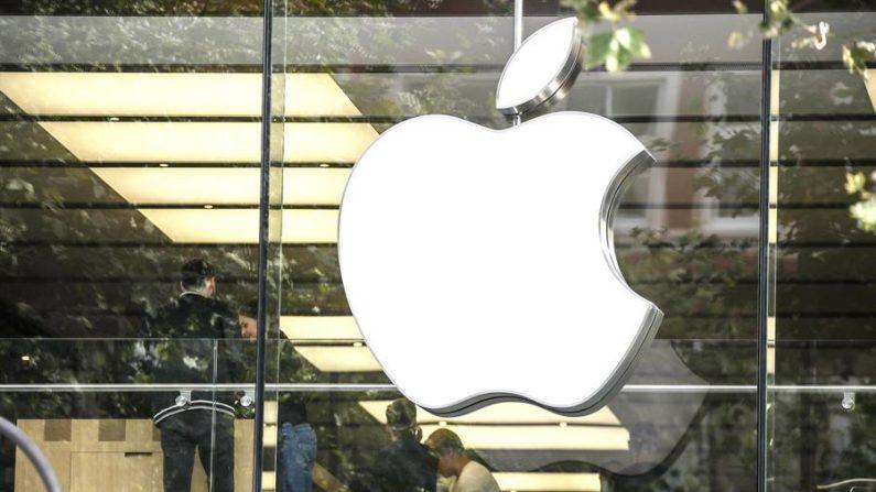 El logotipo de la empresa estadounidense Apple que diseña y produce equipos electrónicos, software y servicios en línea. EFE/EPA/ARMANDO BABANI/Archivo