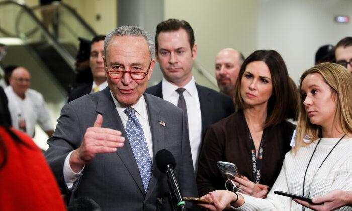 El líder de la minoría del Senado, el Senador Chuck Schumer (D-N.Y.), habla con los medios en el Capitolio de Washington el 27 de enero de 2020. (Charlotte Cuthbertson/The Epoch Times)