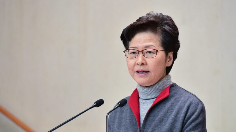 La líder de Hong Kong, Carrie Lam, habla en su conferencia de prensa semanal en Hong Kong el 14 de enero de 2020. (Bill Cox / The Epoch Times)