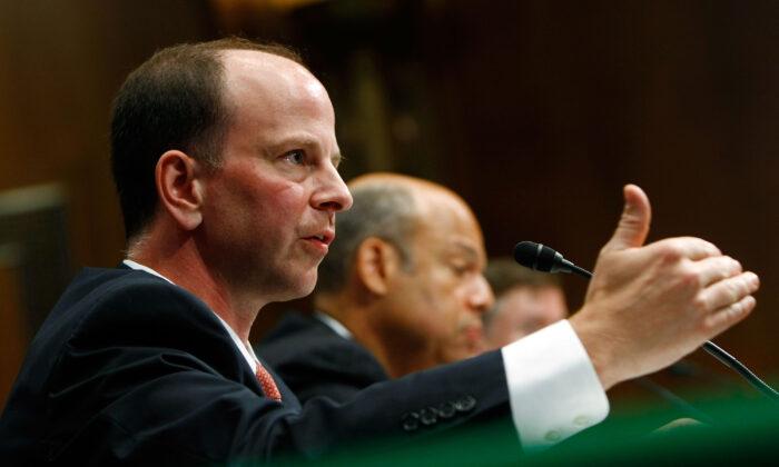 El secretario de Justicia adjunto David Kris (L) de la División de Seguridad Nacional del Departamento de Justicia testifica ante la Comisión de Servicios Armados del Senado en Washington el 7 de julio de 2009. (Win McNamee/Getty Images)