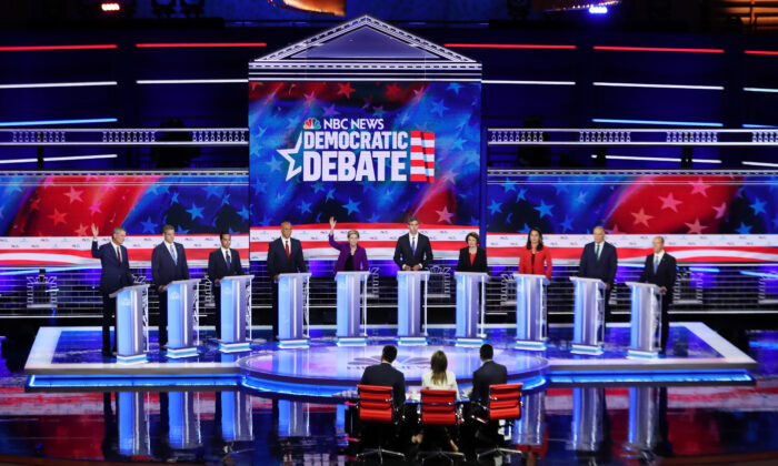 Candidatos presidenciales demócratas, alcalde de la ciudad de Nueva York Bill De Blasio (Izq.a Der.), Rep. Tim Ryan (Demócrata de Ohio), ex secretario de vivienda Julian Castro, Senador Cory Booker (Demócrata de Nueva Jersey), Senadora Elizabeth Warren (Demócrata de Massachusetts), ex congresista de Texas Beto O'Rourke, Sen. Amy Klobuchar (Demócrata de Minnesota.), Rep. Tulsi Gabbard (D-Hawaii), el Gobernador de Washington Jay Inslee, y el ex congresista de Maryland John Delaney participan en la primera noche del debate presidencial demócrata en Miami, Florida, el 26 de junio de 2019. (Joe Raedle/Getty Images)