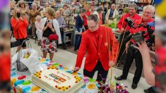 Empleado con síndrome de Down celebra la fiesta del 25º aniversario de su trabajo con toda la ciudad