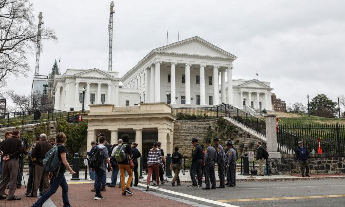 Defensores de la Segunda Enmienda  después de una audiencia en la que cuatro proyectos de ley de control de armas fueron aprobados por el Comité Judicial del Senado en el Capitolio del Estado de Virginia en Richmond, Virginia, el 13 de enero de 2020. (Samira Bouaou/The Epoch Times)