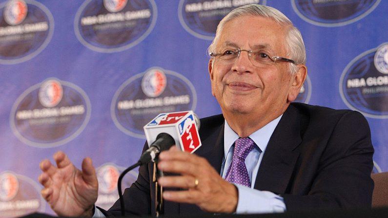 David Stern, excomisionado de la NBA, en una conferencia de prensa previa al partido de la NBA entre los Houston Rockets y los Indiana Pacers en el Mall of Asia Arena el 10 de octubre de 2013 en Manila, Filipinas. (Mike Young / Getty Images)