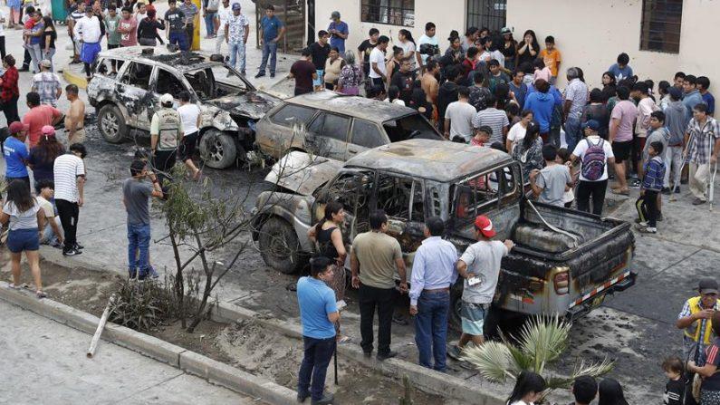 Decenas de personas observan los daños a varios vehículos luego de la explosión de un camión el 23 de enero de 2020, en el distrito de Villa El Salvador, en el sur de Lima (Perú). EFE/Paolo Aguilar