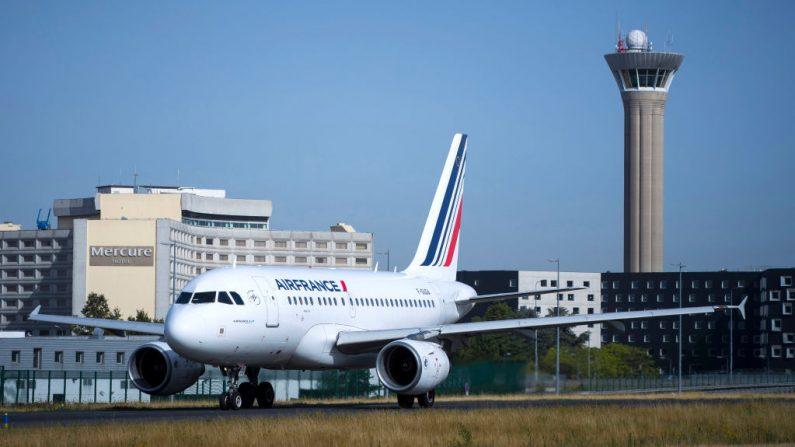 Una imagen tomada el 7 de agosto de 2018 muestra un avión de Air-France cerca del control de la torre central en la pista del aeropuerto Roissy-Charles de Gaulle, al norte de París, Francia. (Joel Saget / AFP / Getty Images)