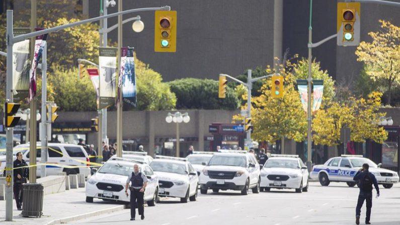 La policía acordona la zona a su llegada al Parlamento en Ottawa. EFE/Chris Roussakis/Archivo