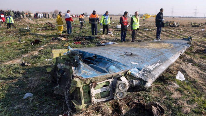 Los equipos de rescate se encuentran el 8 de enero de 2020 en la escena de un avión ucraniano que se estrelló poco después del despegue cerca del aeropuerto Imam Khomeini en la capital iraní, Teherán con 176 pasajeros a bordo. (AFP/Getty Images)