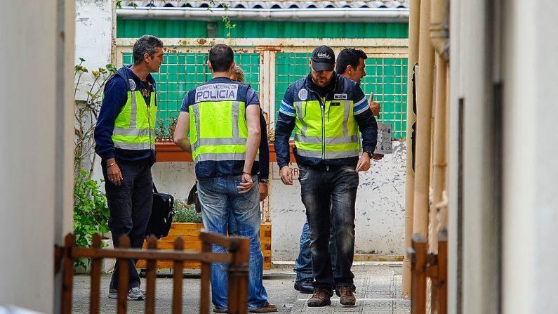 La policía ingresa a la casa de un presunto pedófilo que se cree que secuestró y abusó de cinco niños en Madrid el 24 de septiembre de 2014 en Santander, España. (Juan Manuel Serrano Arce / Getty Images)