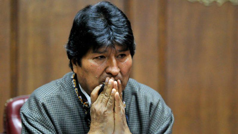 El expresidente exiliado de Bolivia, Evo Morales, hace gestos mientras pronuncia un discurso en el Club de Periodistas Mexicanos, en la Ciudad de México, el 27 de noviembre de 2019. (CLAUDIO CRUZ / AFP / Getty Images)
