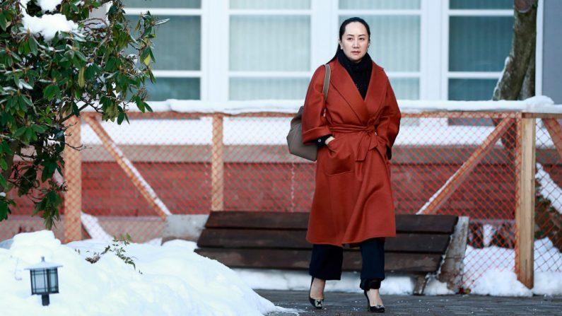 La directora financiera de Huawei, Meng Wanzhou, sale de su casa en camino a una comparecencia ante el tribunal el 17 de enero de 2020 en Vancouver, Canadá. (Jeff Vinnick / Getty Images)