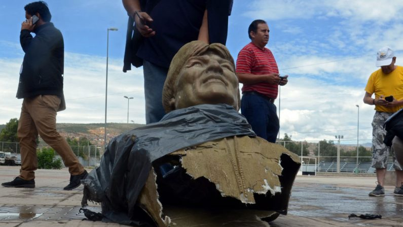 Vista del busto del expresidente boliviano Evo Morales después de que fue derribado por empleados del Ministerio de Deportes de Bolivia afuera de un centro deportivo en Cochabamba, Bolivia, el 13 de enero de 2020. (STR / AFP / Getty Images)
