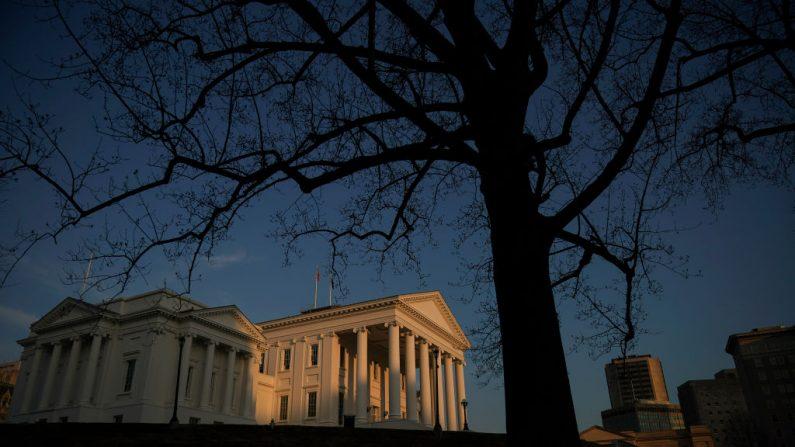 El Capitolio del Estado de Virginia se sitúa el atardecer en el centro de Richmond, Virginia, el 7 de febrero de 2019. (Drew Angerer / Getty Images)