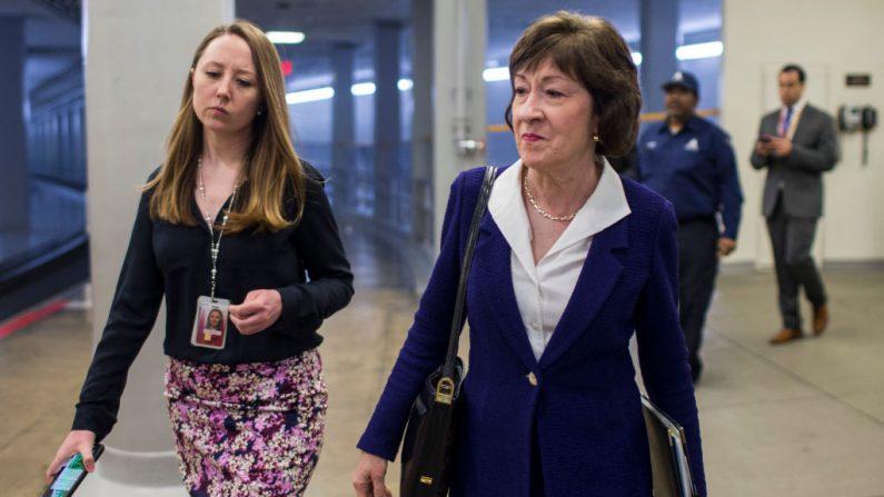 La senadora Susan Collins (R-ME) camina por el sótano del Senado antes de un almuerzo semanal sobre políticas el 2 de abril de 2019 en Washington, DC. (Foto de Zach Gibson/Getty Images)