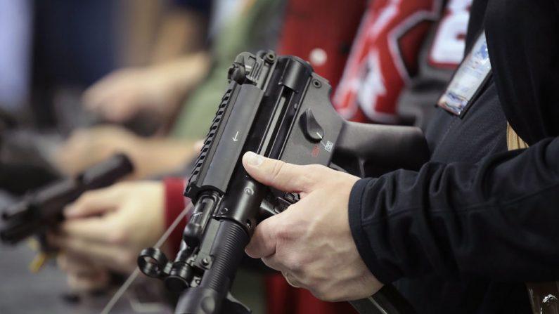 Personas compran armas de fuego y accesorios en la 148° Reunión y Exhibición Anual de la NRA, el 27 de abril de 2019 en Indianápolis, Indiana. (Fotografía de Scott Olson/Getty Images)