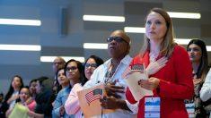 """USCIS anuncia que implementará norma de """"carga pública"""" en inmigrantes a partir del 24 de enero"""