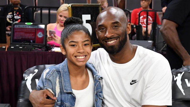 Gianna Bryant y su padre, el ex jugador de la NBA Kobe Bryant, asisten al Juego de las Estrellas de la WNBA 2019 en el Mandalay Bay Events Center el 27 de julio de 2019 en Las Vegas, Nevada. (Ethan Miller/Getty Images)