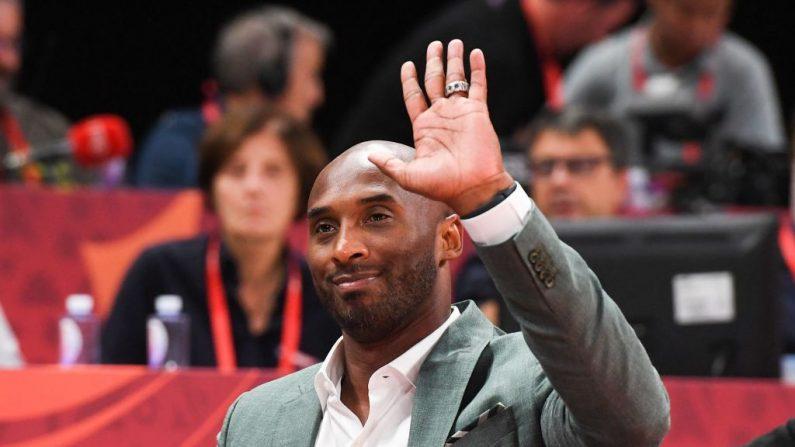 El exjugador de baloncesto Kobe Bryant saluda a la multitud durante el partido de semifinales de la Copa Mundial de Baloncesto entre Australia y España en Beijing el 13 de septiembre de 2019. (GREG BAKER/AFP via Getty Images)