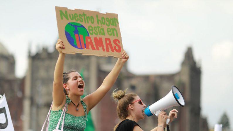 Las mujeres gritan consignas durante una manifestación como parte de la Global Climate Strike el 20 de septiembre de 2019 en la Ciudad de México, México. (Foto de Héctor Vivas / Getty Images)