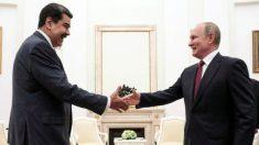 """Comunistas de Estados Unidos observan cómo los rusos premian a Maduro con la """"Orden de Lenin"""""""