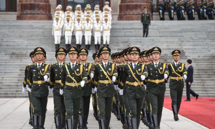Guardias militares de honor se preparan para una ceremonia de bienvenida con el Presidente francés Emmanuel Macron y el líder chino Xi Jinping en el Gran Salón del Pueblo de Beijing el 6 de noviembre de 2019. (Nicolas Asfouri/AFP a través de Getty Images)