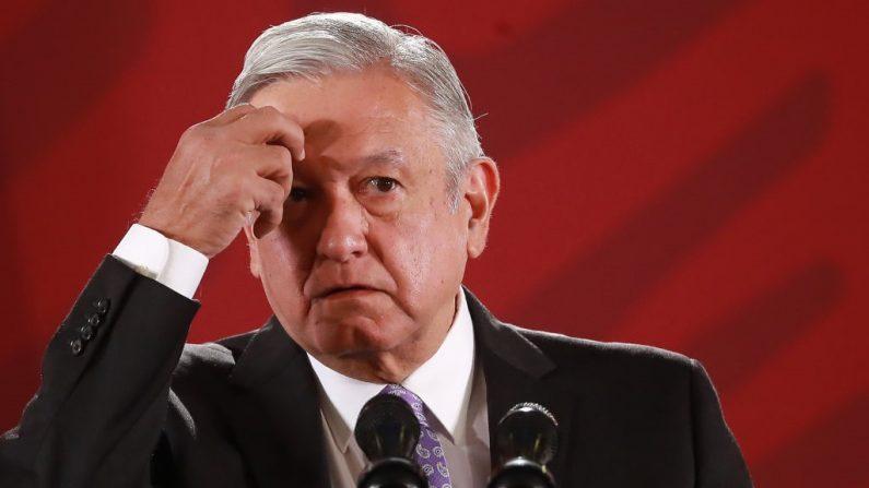 El presidente de México, Andrés Manuel López Obrador, hace un gesto durante la Reunión Presidencial Diaria Matutina del 13 de noviembre de 2019 en la Ciudad de México, México. (Héctor Vivas/Getty Images)