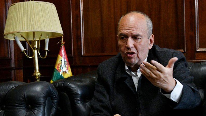 El ministro interino de Gobierno de Bolivia, Arturo Murillo, hace gestos durante una entrevista con AFP en La Paz, el 6 de diciembre de 2019. (Foto de AIZAR RALDES / AFP a través de Getty Images)