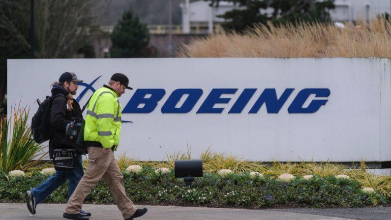 Un par de obreros ingresan a la fábrica Boeing 737 el 16 de diciembre de 2019 en Renton, Washington (EE.UU.). (Stephen Brashear/Getty Images)