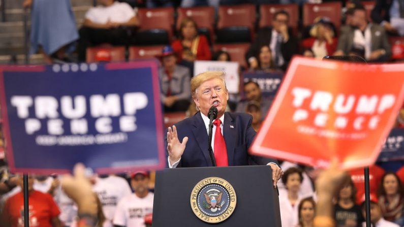 El presidente de los Estados Unidos, Donald Trump, habla durante un mitin de la campaña de regreso a casa en el Centro BB&T el 26 de noviembre de 2019 en Sunrise, Florida. (Foto de Joe Raedle/Getty Images)