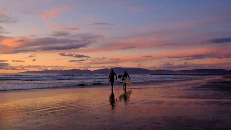 Surfistas en una playa de California.  CHRIS DELMAS/AFP via Getty Images)