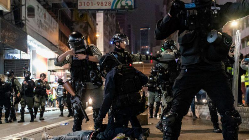 La policía antidisturbios detiene a un manifestante durante un mitin en el distrito de Causeway Bay el día de Año Nuevo el 1 de enero de 2020 en Hong Kong, China. (Anthony Kwan/Getty Images)