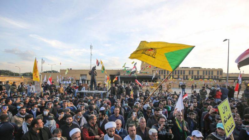 Partidarios y miembros de la fuerza paramilitar Hashed al-Shaabi se reúnen durante una manifestación frente a la embajada de Estados Unidos en la capital iraquí, Bagdad, el 1 de enero de 2020. (AHMAD AL-RUBAYE / AFP) (Foto de AHMAD AL-RUBAYE / AFP a través de Getty Images)