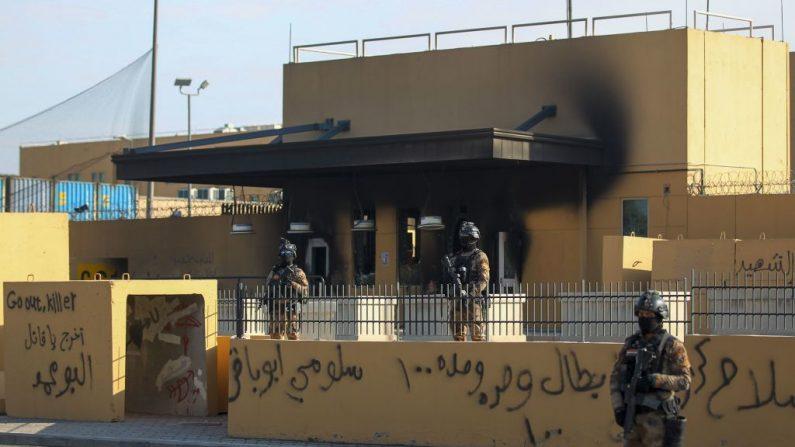 Las fuerzas antiterroristas iraquíes hacen guardia frente a la embajada de Estados Unidos en la capital, Bagdad, el 2 de enero de 2020. - ( AHMAD AL-RUBAYE/AFP vía Getty Images)