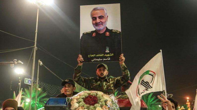 Los dolientes participan en el cortejo fúnebre del comandante militar iraní Qasem Soleimani (imagen), el jefe paramilitar iraquí asesinado Abu Mahdi al-Muhandis, y otras ocho personas en la ciudad central iraquí de Karbala el 4 de enero de 2020. (Foto de Mohammed SAWAF / AFP) (Foto de MOHAMMED SAWAF/AFP vía Getty Images)