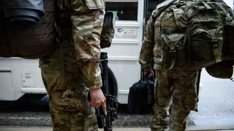 Las tropas estadounidenses de la 82a División Aerotransportada del Ejército abordan un autobús mientras se dirigen a Oriente Medio el 4 de enero de 2020 en Fort Bragg, Carolina del Norte. (Foto de Andrew Craft / Getty Images)