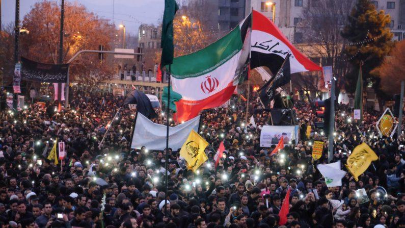 Iraníes se reúnen en la ciudad nororiental de Mashhad en respuesta a la muerte de Qasem Soleimani el 5 de enero de 2020. (MEHDI JAHANGHIRI/IRAN'S FARS NEWS AGENCY/AFP a través de Getty Images)