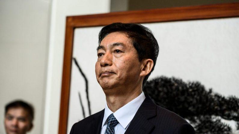 Luo Huining, el nuevo jefe de la oficina de enlace china en Hong Kong, habla brevemente con los medios en Hong Kong el 6 de enero de 2020. (STR/AFP a través de Getty Images)