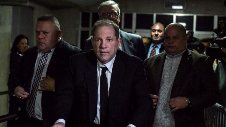 Harvey Weinstein se aleja de la sala del tribunal en la corte penal de la ciudad de Nueva York el 6 de enero de 2020 en la ciudad de Nueva York (EE.UU.). (Stephanie Keith / Getty Images)