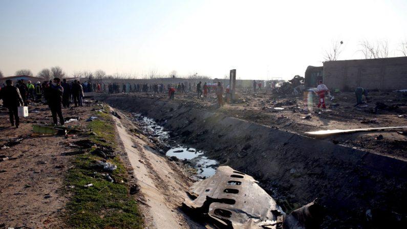 Los equipos de rescate trabajan en el lugar después de que un avión ucraniano que transportaba 176 pasajeros se estrelló cerca del aeropuerto Imam Jomeini en la capital iraní, Teherán, a primera hora de la mañana del 8 de enero de 2020, matando a todos los que iban a bordo. Las 176 personas a bordo de un avión de pasajeros ucraniano murieron cuando se estrelló poco después de despegar de Teherán el 8 de enero, según informaron los medios de comunicación estatales iraníes. La agencia estatal de noticias IRNA dijo que 167 pasajeros y nueve miembros de la tripulación estaban a bordo del avión operado por Ukraine International Airlines. (Foto de -/AFP a través de Getty Images)