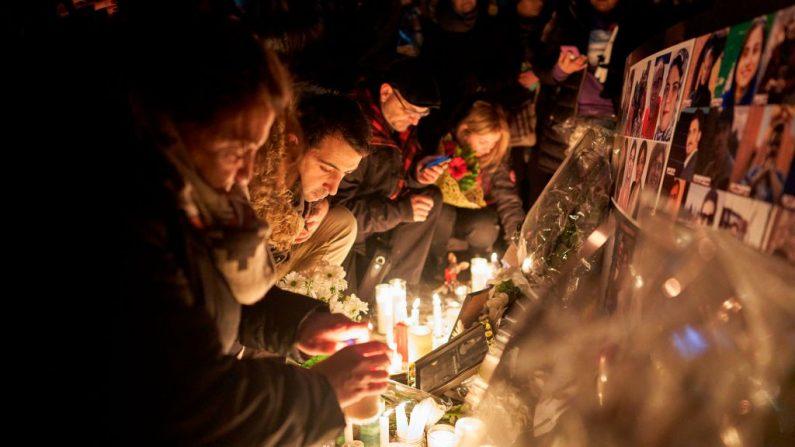 Los dolientes encienden velas para las víctimas del vuelo 752 de Ukrainian Airlines que se estrelló en Irán durante una vigilia en Mel Lastman Square en Toronto, Ontario (Canadá), el 9 de enero de 2020. (GEOFF ROBINS / AFP / Getty Images)