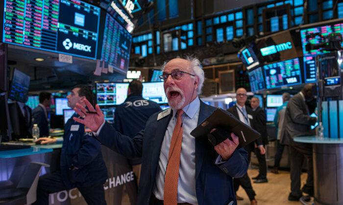 Un operador reacciona mientras negocia en el piso de la Bolsa de Valores de Nueva York (NYSE) en la ciudad de Nueva York, el 10 de enero de 2020. (Kena Betancur/Getty Images)