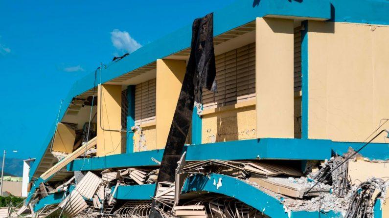 La escuela Agripina Seda se ve destruida por el terremoto que sacudió la isla en Guánica, Puerto Rico, el 11 de enero de 2020. (RICARDO ARDUENGO/AFP vía Getty Images)
