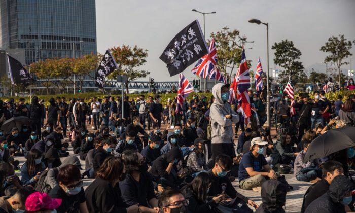 Manifestantes pro-democracia asisten a un encuentro en Edinburgh Place en el distrito Central de Hong Kong el 12 de enero de 2020. (DALE DE LA REY/AFP vía Getty Images)